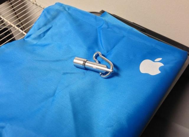 Сотрудники Apple Store получили памятные сувениры от Apple