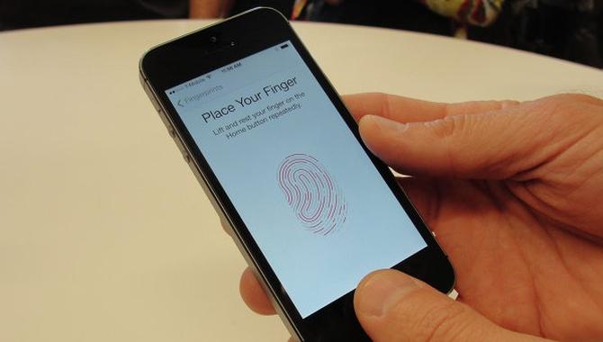 Российский депутат обеспокоен сохранностью отпечатков пальцев в iPhone 5s