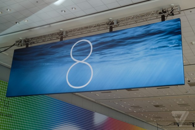Фото баннеров OS X 10.10 и iOS 8 в Moscone West