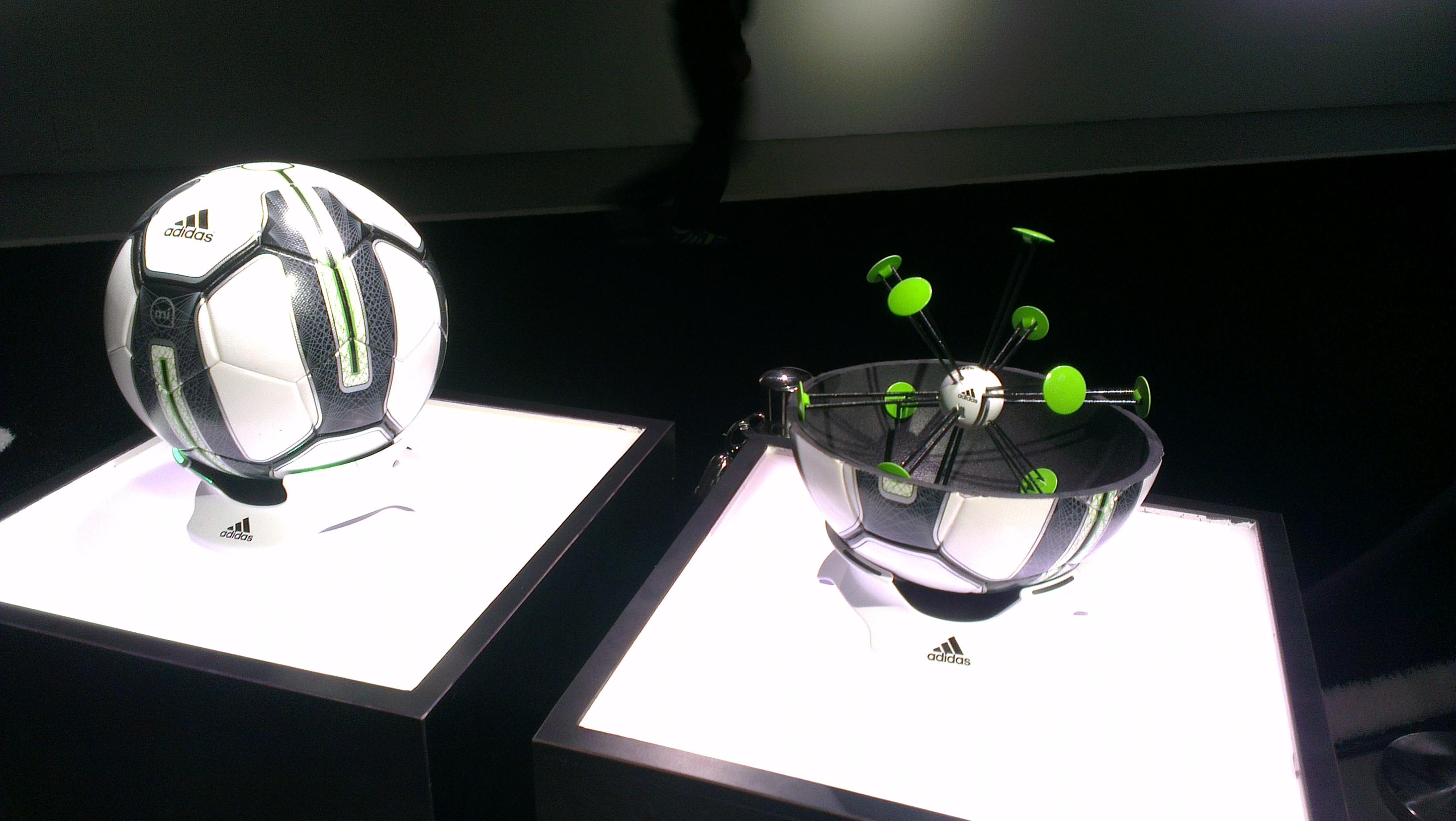 «Умные» мячи для баскетбола и футбола в Apple Store
