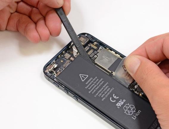 Apple будет бесплатно менять батарею iPhone 5