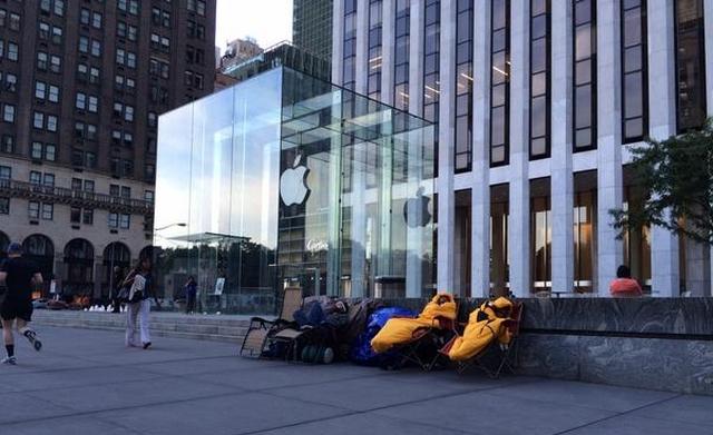Перед Apple Store уже выстраиваются очереди