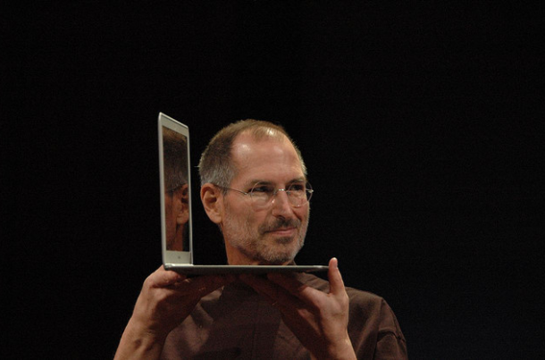 Steve-Jobs-showing-off-the-first-MacBook-Air-in-2008