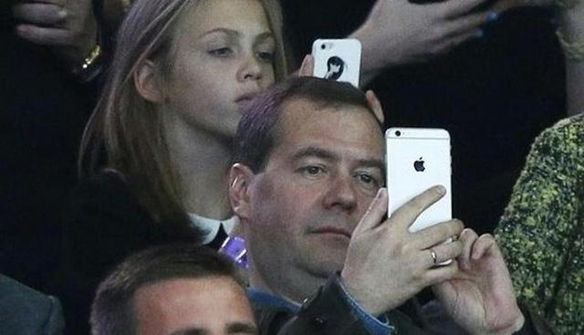 Дмитрий Медведев использует iPhone 6 Plus