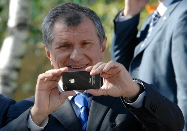 Роснефть купит зарядок и чехлов для техники Apple на 2 млн рублей