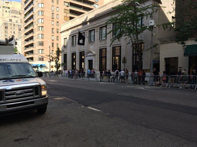 Apple Store открылся в здании бывшего банка