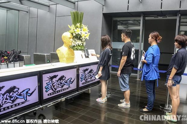 Золотой Стив Джобс встречает сотрудников китайской IT-компании
