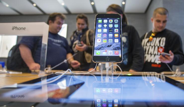 iPhone остается лидером по продажам дорогих смартфонов в России