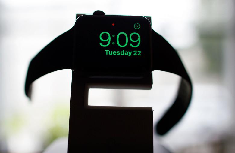 Как встать с кровати с новым режимом Nightstand в Apple Watch