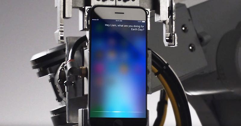 Apple показала новый ролик 'Siri and Liam' со странным iPhone-ом