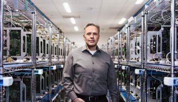 Джонни Сроуджи, по сообщениям, остается в Apple, а не в гонке за CEO Intel